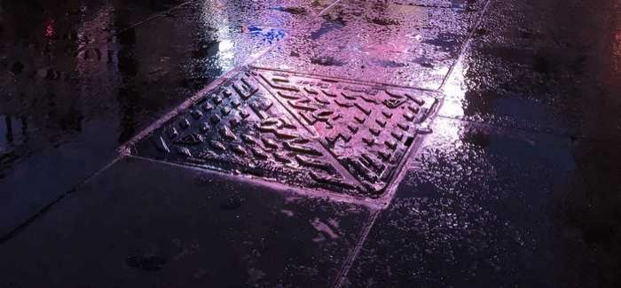 One of Wrekin Products' Unite manhole covers in place in Piccadilly, London