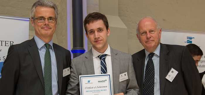 Héctor Adell Troncho accepts the award from Lloyd Martin (r), Chief Executive of British Water, and Miles Barnard (l), MD of Mouchel