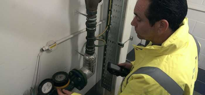 An H2O field operative in Edinburgh captures meter information on a handheld unit