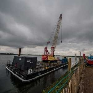 Reservoir project uses floating crane solution